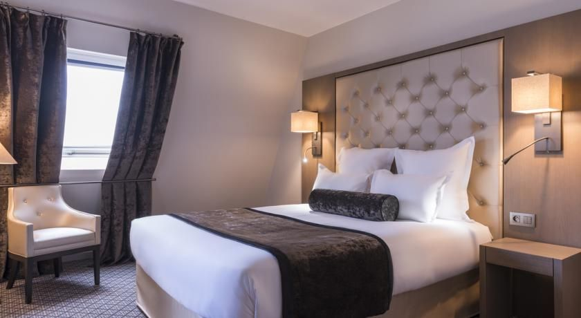La Villa des Ternes Paris La Villa des Ternes is located in Paris, 900 metres from the Arc de Triomphe and Bois de Boulogne. Renovated in 2015, it offers air-conditioned rooms with modern décor and free Wi-Fi access.