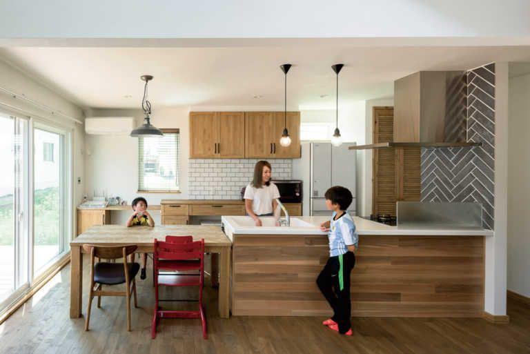タイルの色や貼り方で キッチンを自分流にアレンジ キッチンデザイン リビング キッチン 造作キッチン