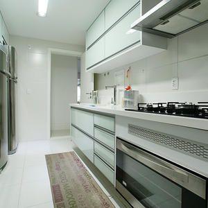 Cozinha Com Frentes Em Vidro E Bancada Em Corian Glacier White