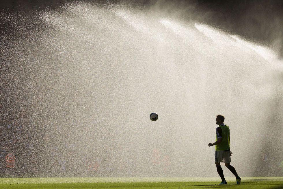 Jos Hooiveld del Southampton si riscalda durante l'intervallo di una partita di calcio della Premier League inglese contro il Liverpool. Liv...