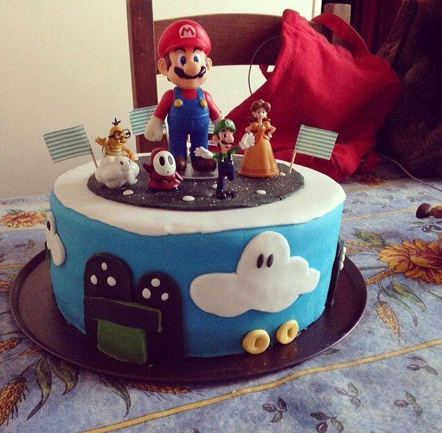 Un gâteau sur le thème de Mario au chocolat! Tout est comestible sauf les petits personnages.