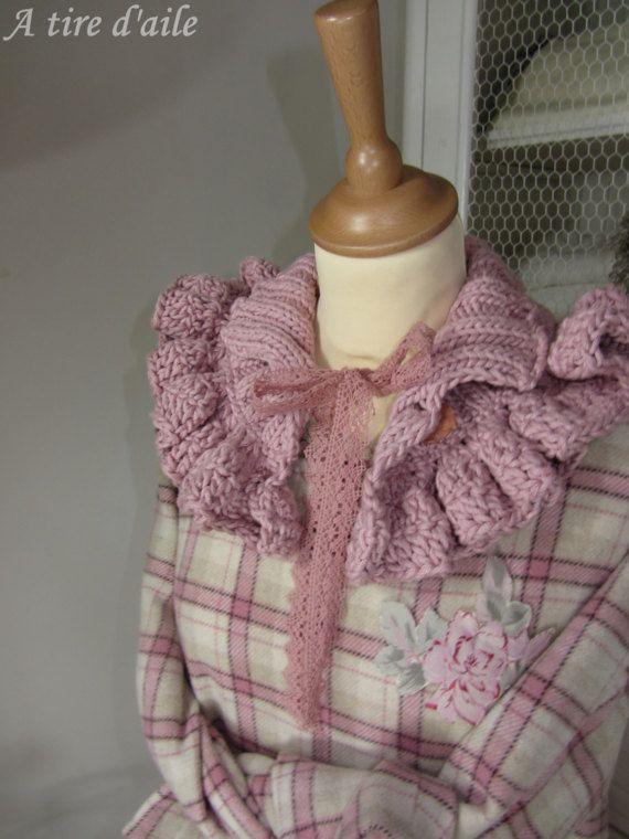 Cache-épaule rose en laine tricoté et crocheté  shabby chic