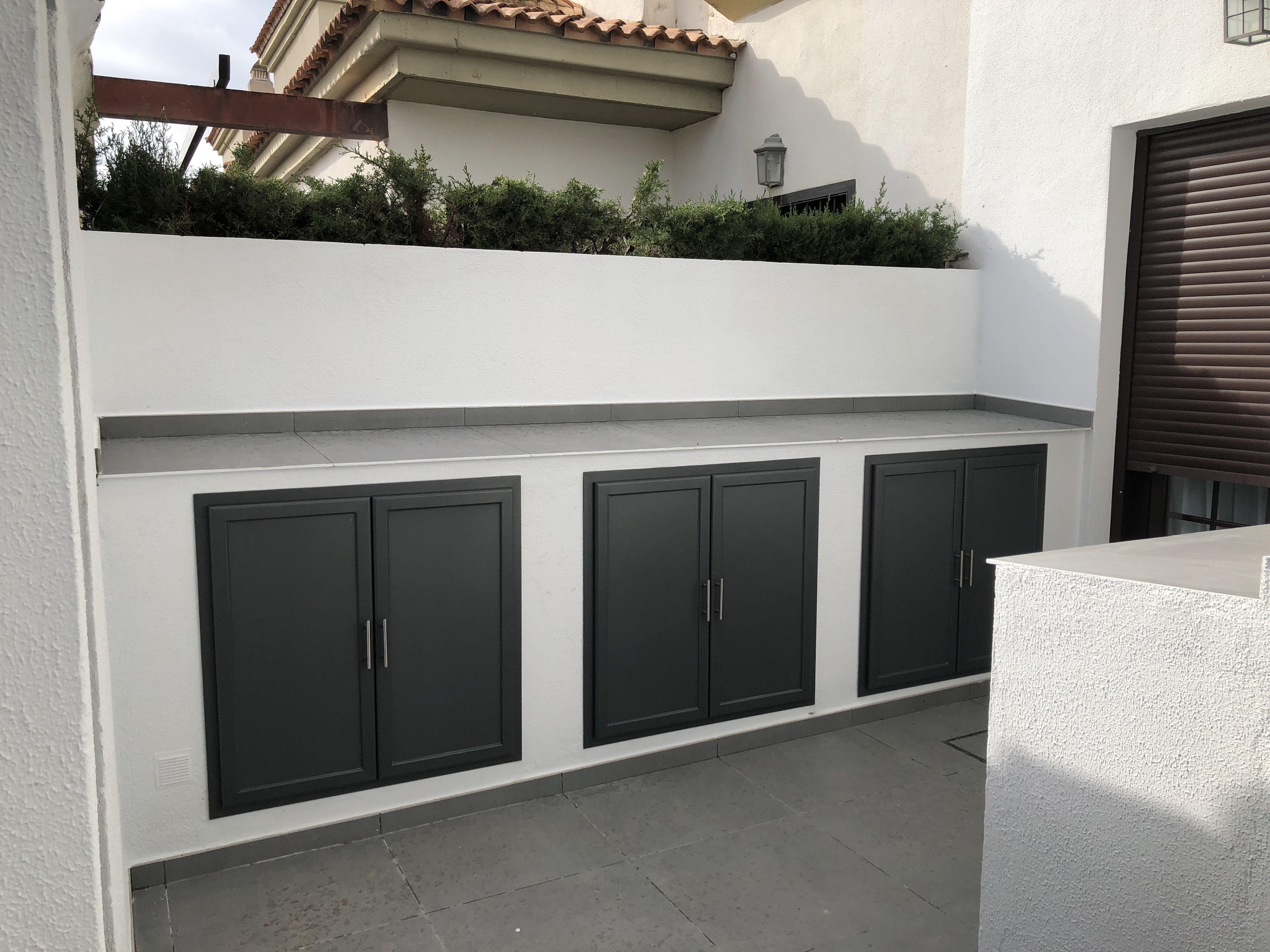 Mueble De Obra Con Puertas De Aluminio Gris Armario