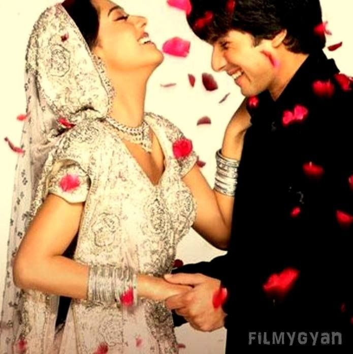 Shahid Kapoor And Amrita Rao From The Movie Vivah Romantic Photoshoot Wedding Couple Poses Pre Wedding Poses