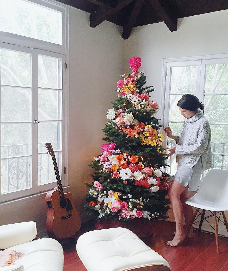 Stunning New Ways To Decorate Your Christmas Tree Christmas - People are decorating their christmas trees with flowers and the results are amazing