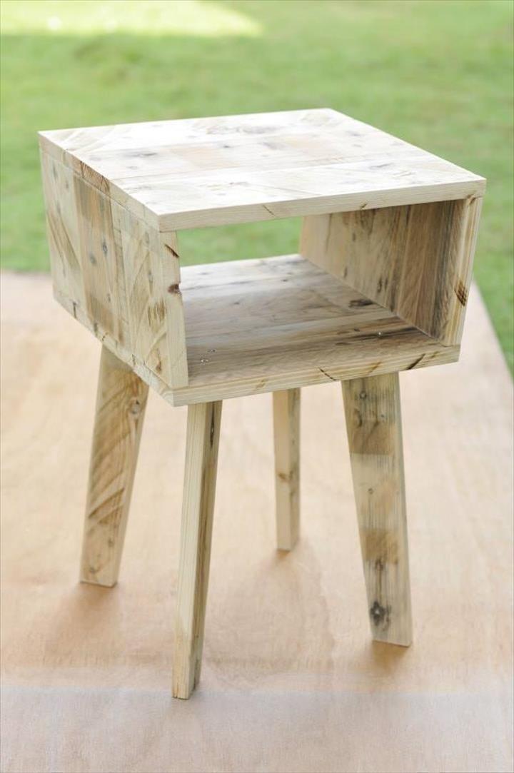creative pallet side table diy repurpose recycling. Black Bedroom Furniture Sets. Home Design Ideas