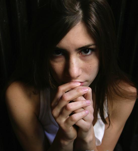 El miedo, es una emoción intensa, de alta vibración, que puede impactar nuestro organismo, provocando reacciones como: paralizarse, atacar y/o huir, acompañados de sudoración, (temblor, incapacidad de expresión verbal, alarma corporal, ojos muy abiertos, etc., que denotan una alteración emocional fuerte.