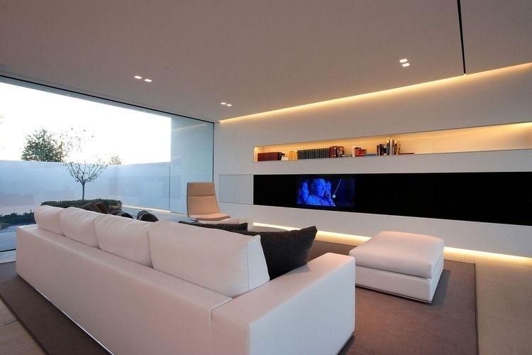 minimalistische Wohnwand in schwarz und weiß durch Beleuchtung ...