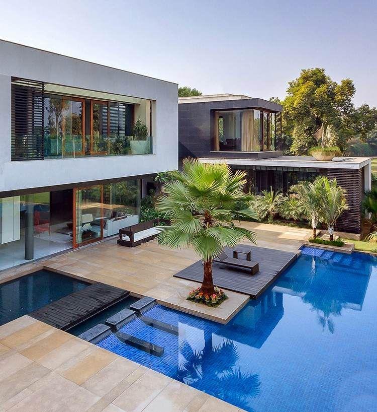 piscine moderne avec terrasse en bois composite et palmiers géants ...