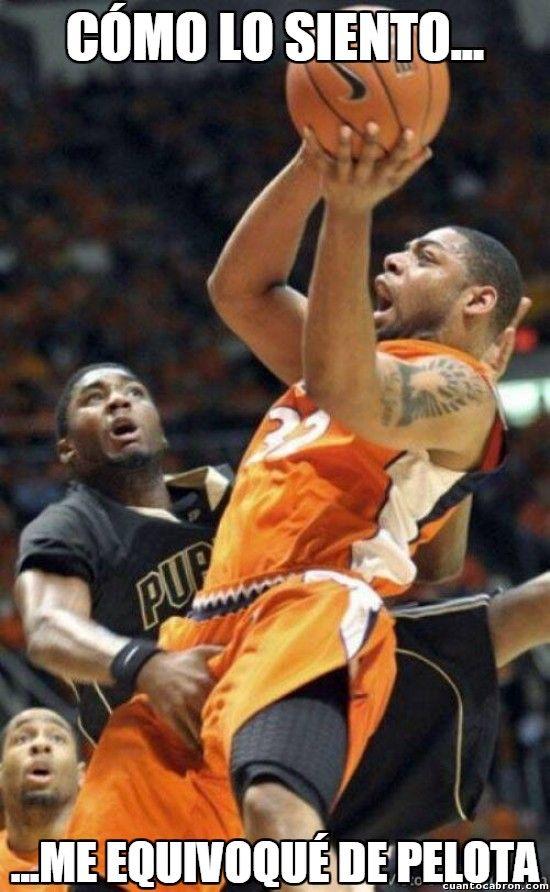 Esa pequeña confusión en baloncesto        Gracias a http://www.cuantocabron.com/   Si quieres leer la noticia completa visita: http://www.estoy-aburrido.com/esa-pequena-confusion-en-baloncesto/
