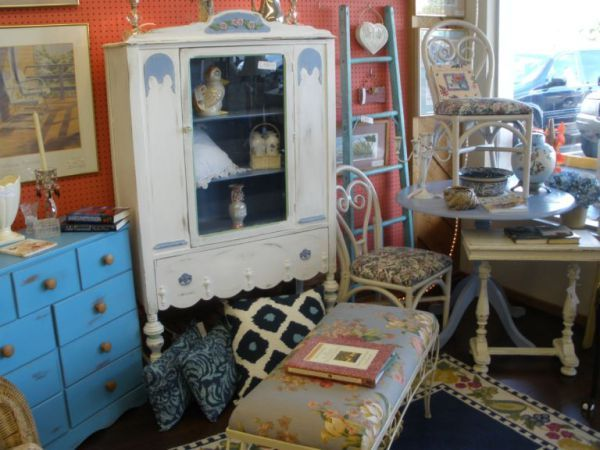 Consignment clutter in resale & thrift shops can be a GOOD thing. Click to learn why! A post from Auntie Kate of TGtbT.com