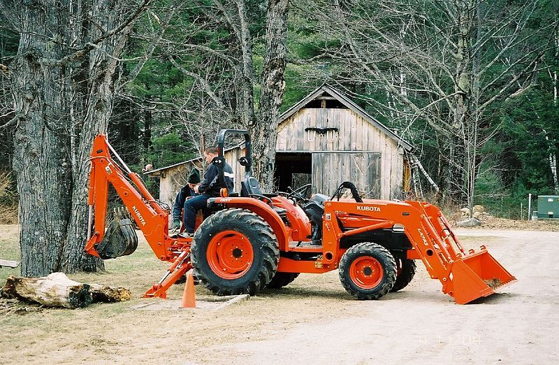 Kubota Tractor With Front Loader And Backhoe Bucket Get One With Claw Bucket For Mulch Tractor Attachments Tractor Implements Tractors