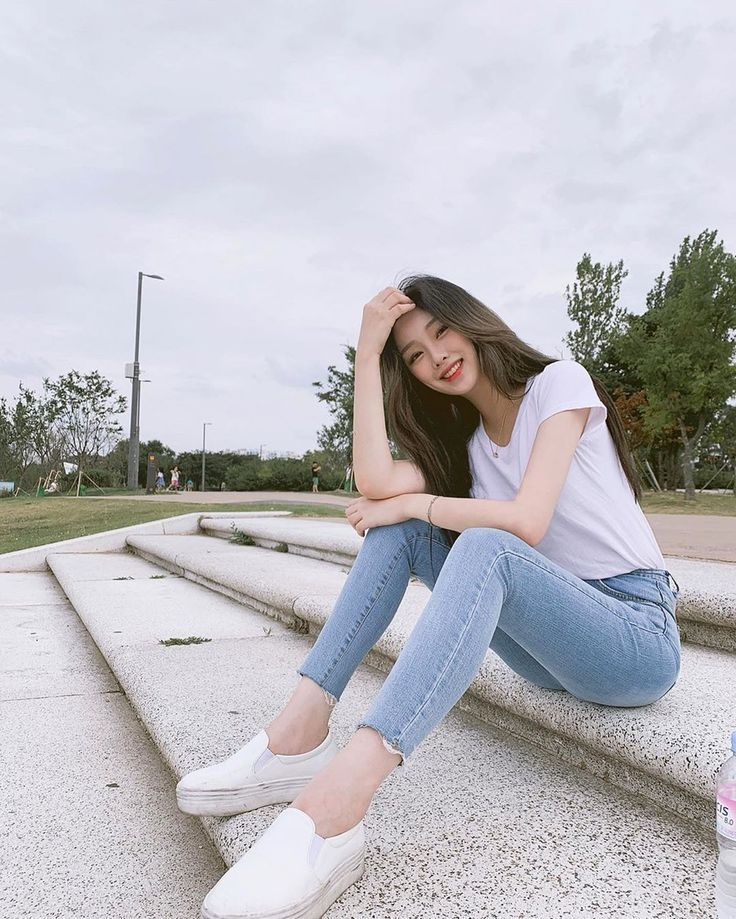 Ulzzang Korean Girl Aesthetic Pictures Alone Poses Ideas Skinny Jeans and White Tee Casual Outfit