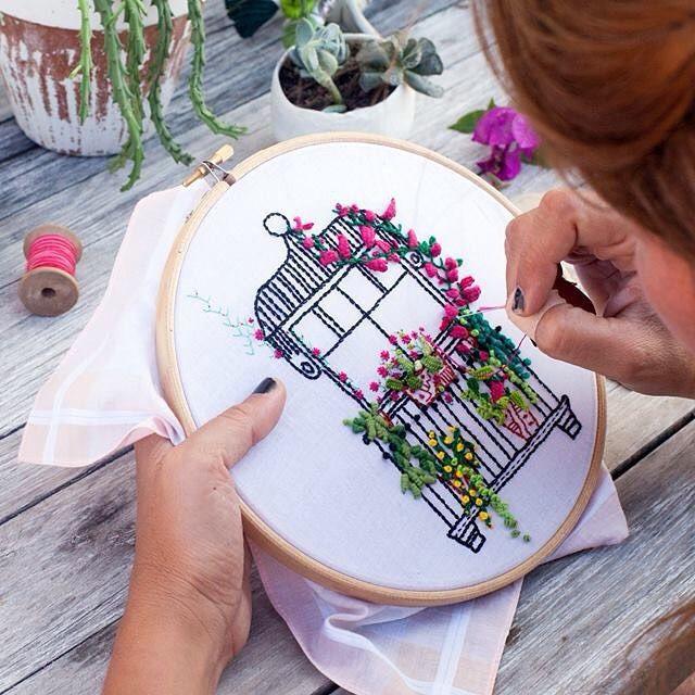 Como no se me dá bien cuidar plantas reales prefiero bordar mis favoritas en este balcón! Ilustrado por @heysosi y fotografiado por @ameskeria de mi colaboración (que me llena de orgullo) para la última entrega de @kireeimagazine ❤ Hilos gentileza @dmcspain #srtalylo #señoritalylo #embroidery #bordado #kireeimagazine #tutorial #dmcpain #ideasforbalcony