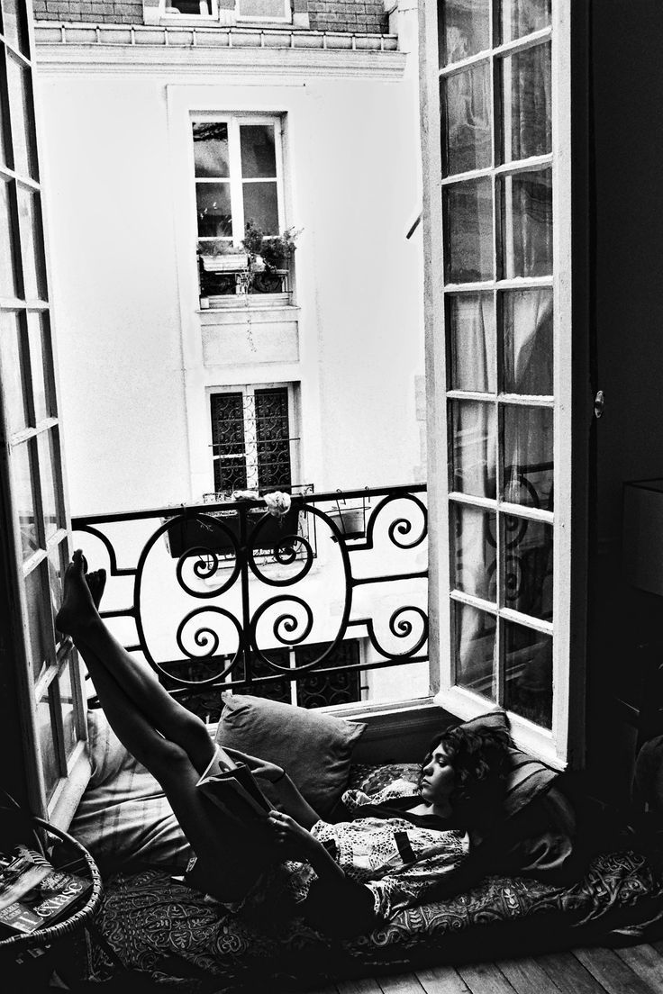 Perfect places to reading - in a Paris window!