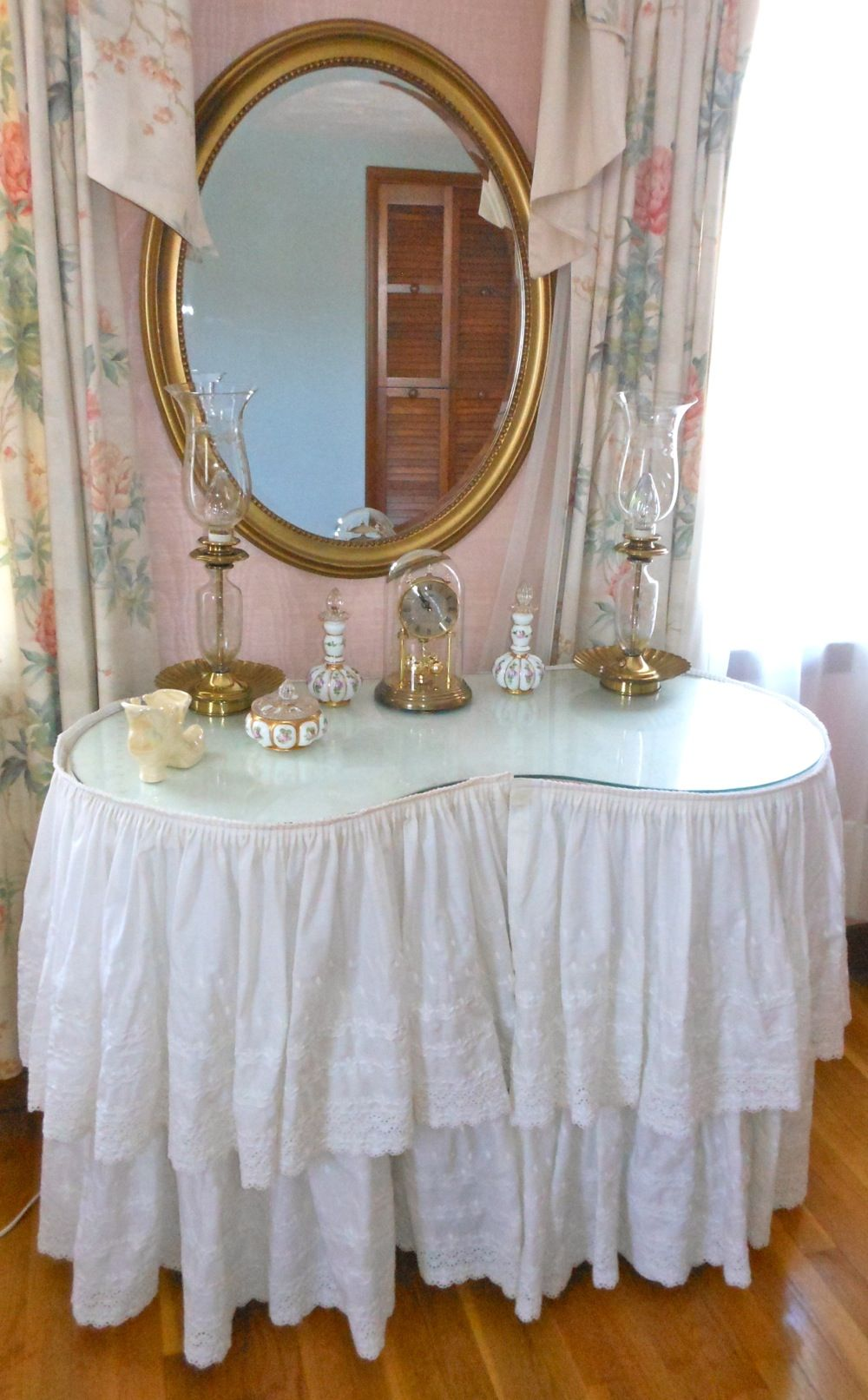 Kidney Shaped Vanity Skirts For Sale : kidney, shaped, vanity, skirts, Kidney, Shaped, Table, White, Eyelet, Skirt, Beautiful, Mirror., Mirror, Bedroom,, Wall,, Shabby, Dresser