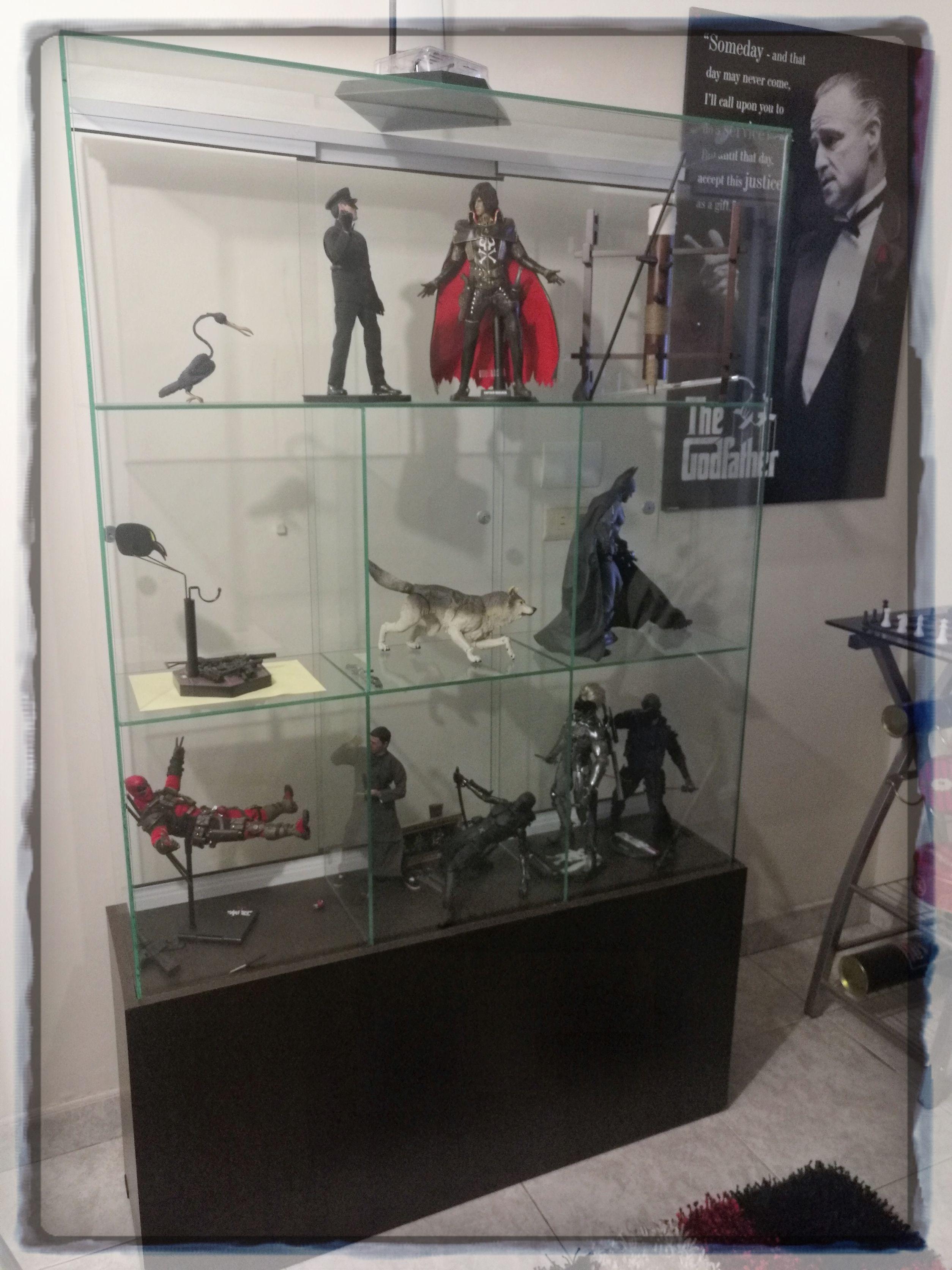 Vitrina en vidrio con base en conglomerado puertas - Vitrina para colecciones ...
