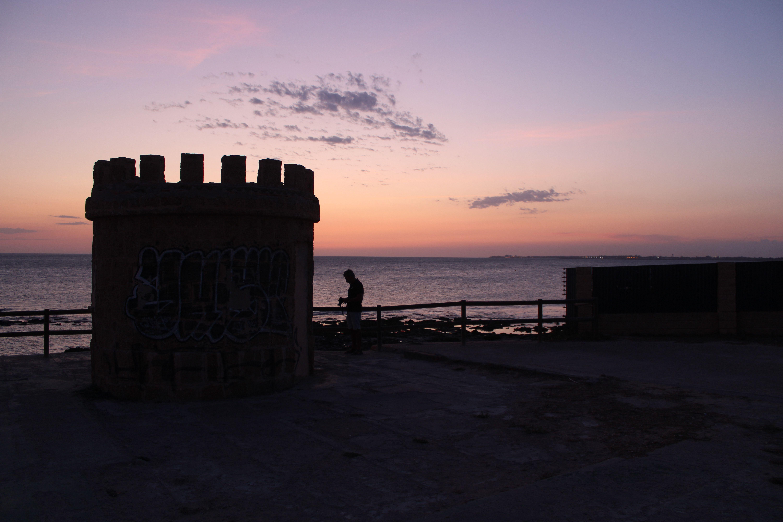 atardecer en la playa de santa catalina desde la batería del fuerte ciudad en  El Puerto de Santa María