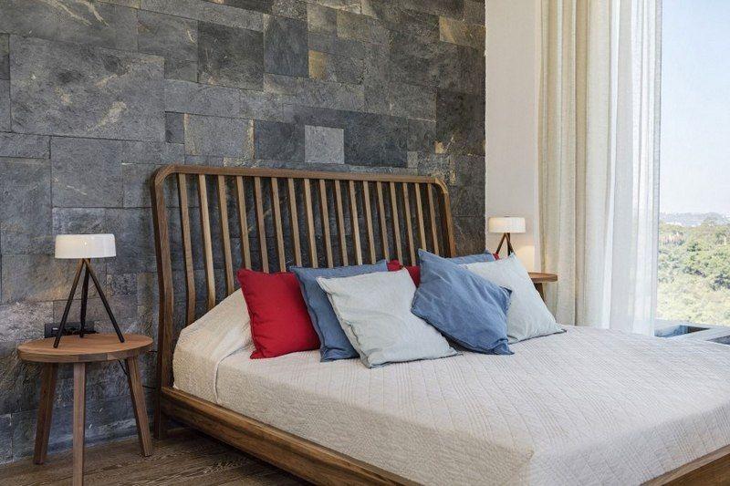 Parement ardoise intérieur grand lit en bois massif avec tête de lit à lamelles