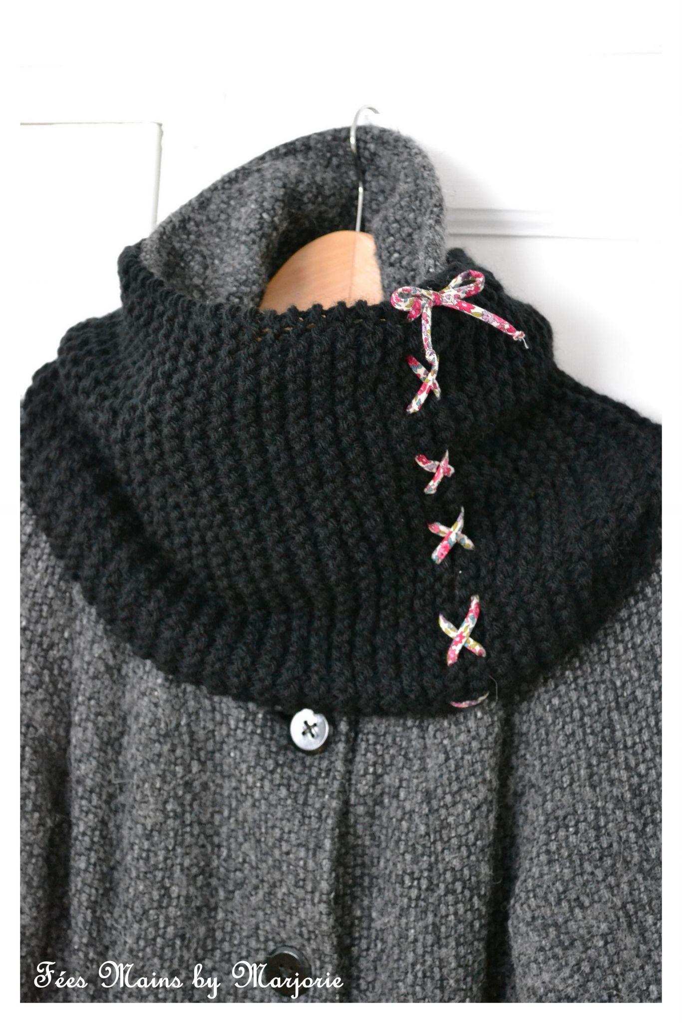 a4f778d9e6cf Snood tricoté au point mousse sur 30 mailles avec des aiguilles n°9 et  environ 120g de laine. Les deux extrémités du tricot sont lacées avec un  cordon de ...