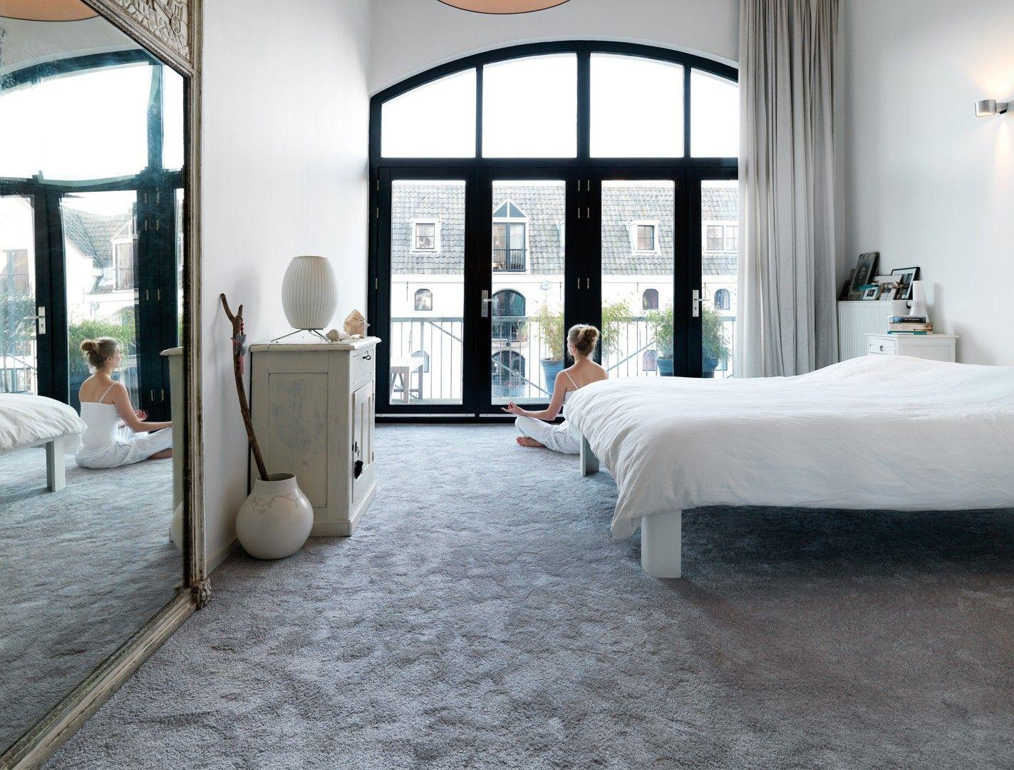 Moderne · stijl · slaapkamer · tapijt · vloer · bed - stockfoto ...