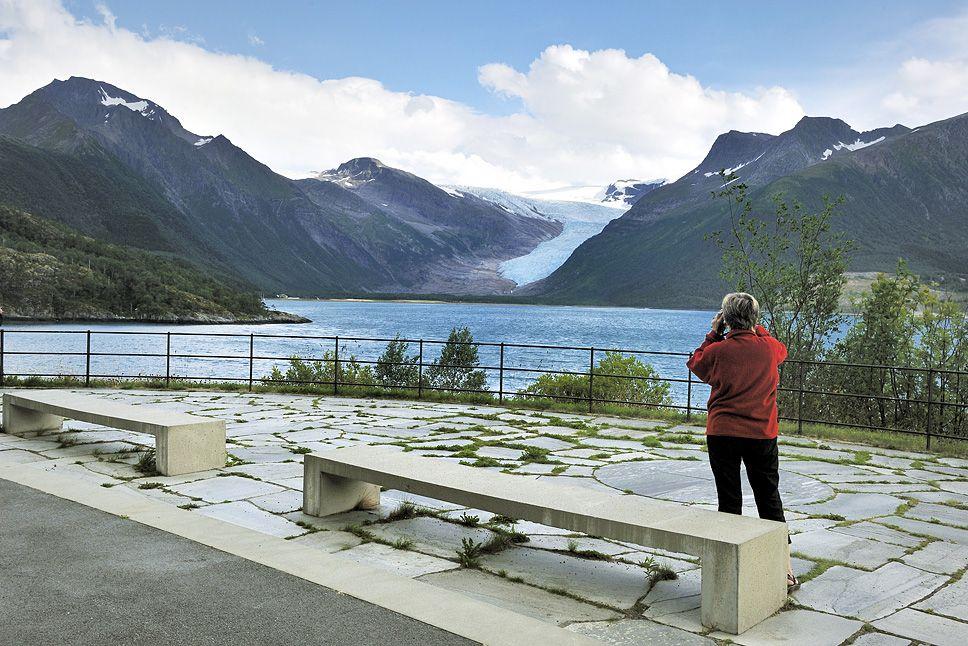 Braset utsiktsplass med utsikt mot Engabreen, Svartisen. Landskapsarkitekt: Landskapsfabrikken - Inge Dahlmann    Foto:Jarle Wæhler