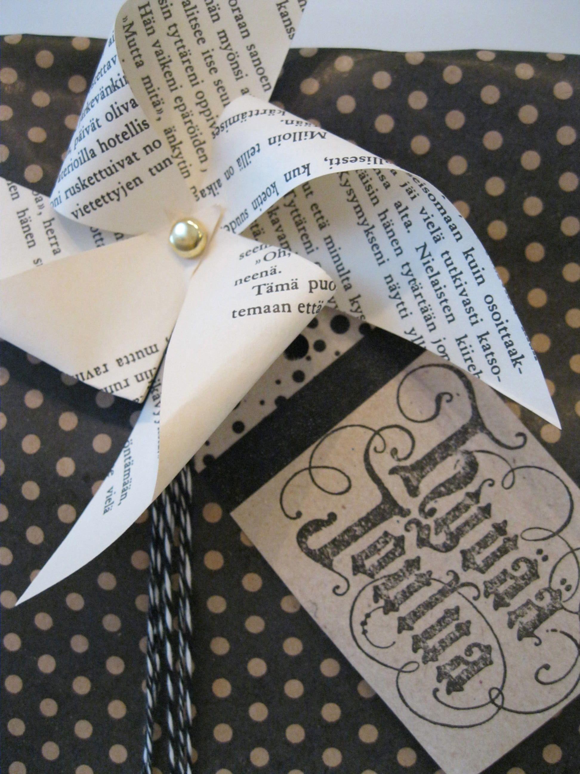 leimasimella ja washiteipillä koristeltu pakettikortti lahjapaperi rullan sisällä olevasta pahvista- gift tag