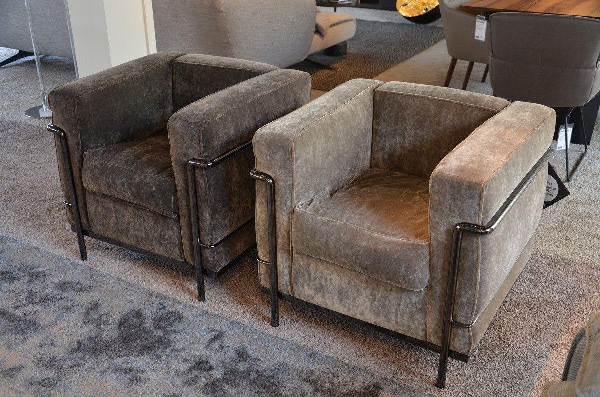 Die Sonderedition Des Lc2 Sessel Von Cassina Ist Mit Samt Bezogen Das Gestell Ist Grau Lackiert Möbeldesign Cassina Möbeldesign Sessel Bequeme Sessel