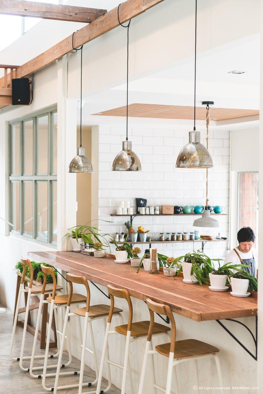 ที่นั่งเคาน์เตอร์เหมาะสำหรับใครที่มานั่งทำงานคนเดียว | Cafe & Resto ...