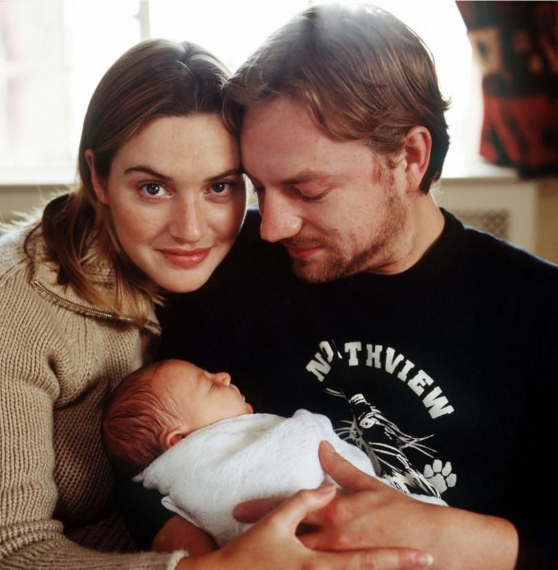 Kate Winslet And Her First Husband Jim Threapleton Pose With Their Newborn Daughter Circa October 2000 Winslet A Kate Winslet Kate Winslet And Leonardo Kate