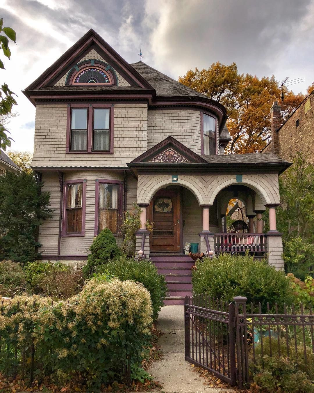 Pretty Old House On Instagram Pretty Old House Oak Park Il November 2 2018 Prettyoldhouse Iphoneography Oldhouse Old Old Houses Victorian Homes House