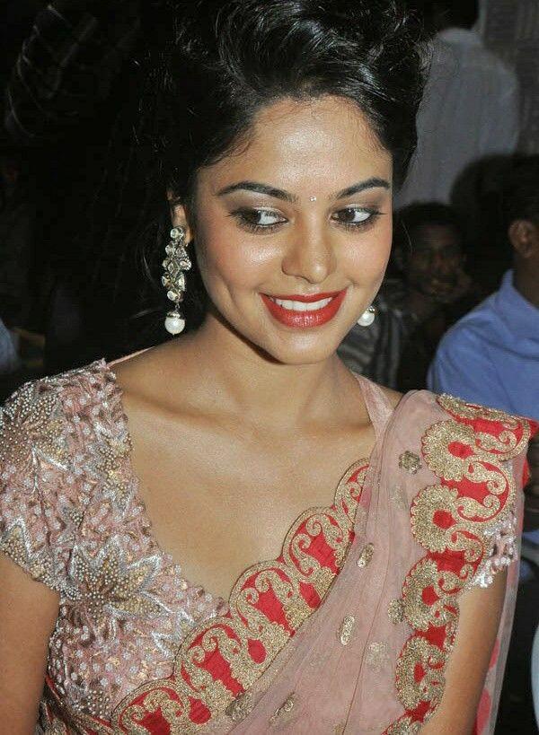 South Indian Actress Bindu Madhavi Hot Navel Show Stills 13
