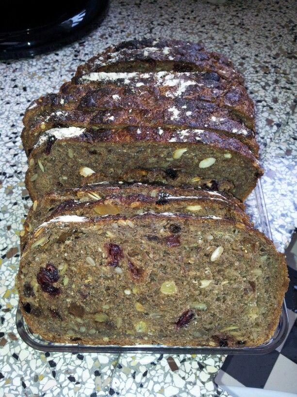 Cranberry-notenbrood. Ook op de -niet kneden brood- manier gebakken.