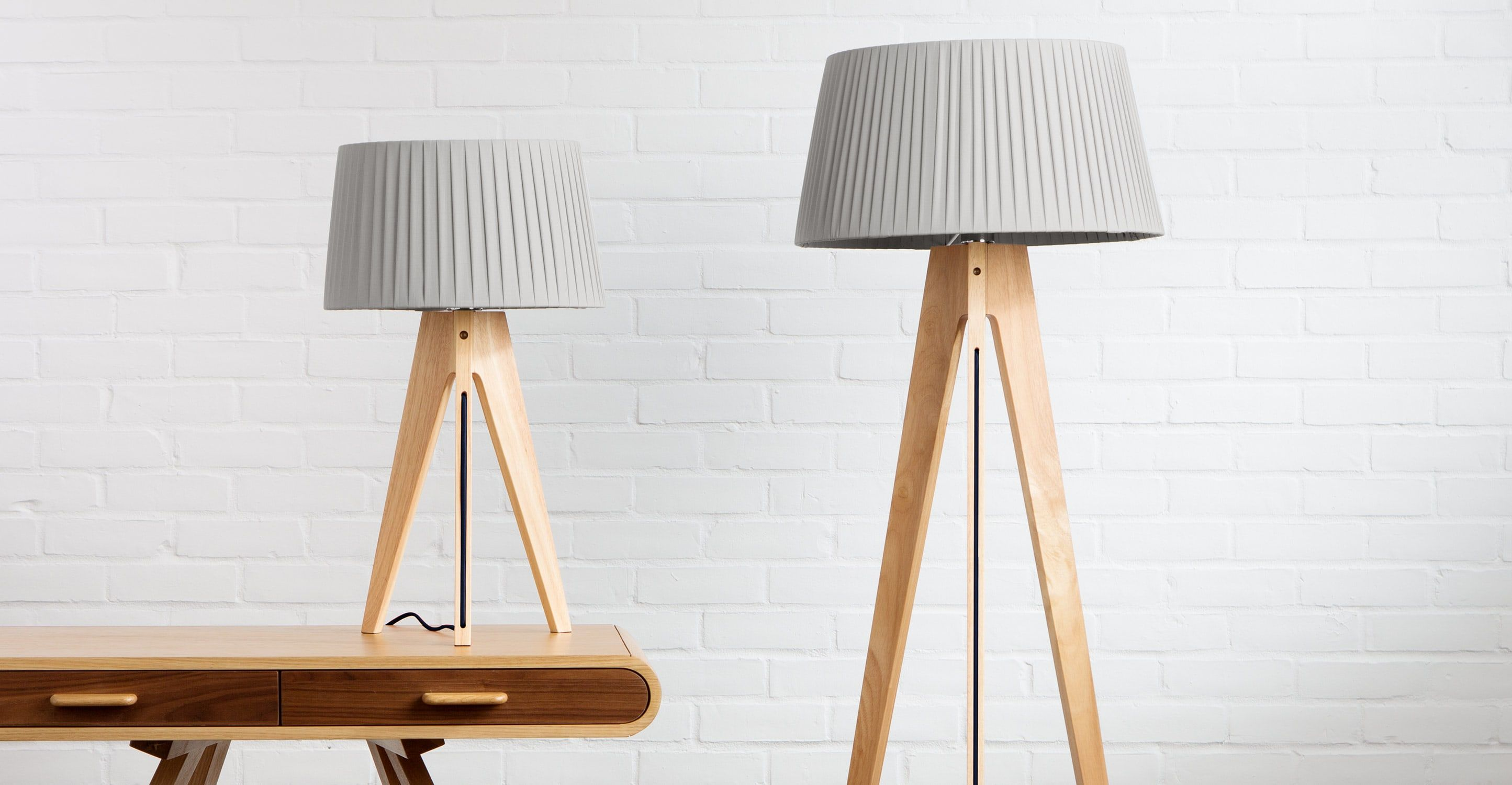 Miller un lampadaire bois naturel et bleu marine