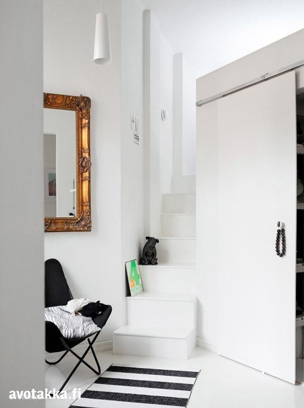 Kiinteät portaat vievät ylös makuutilaan, ja liukuoven taakse piiloutuu vaatehuone. Peili löytyi vanhan tavaran kaupasta.