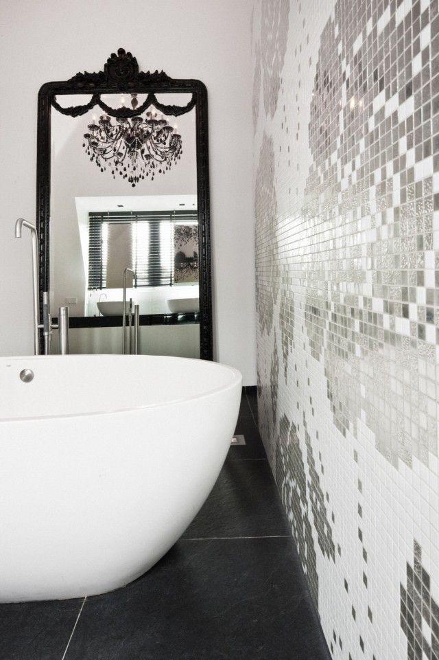Badkamer met badkuip en glasmozaïek | badkamer ideeën | design ...