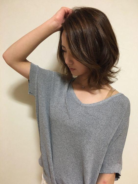 外ハネ ミディアムレイヤー ヘアカタログ 短い髪のためのヘア