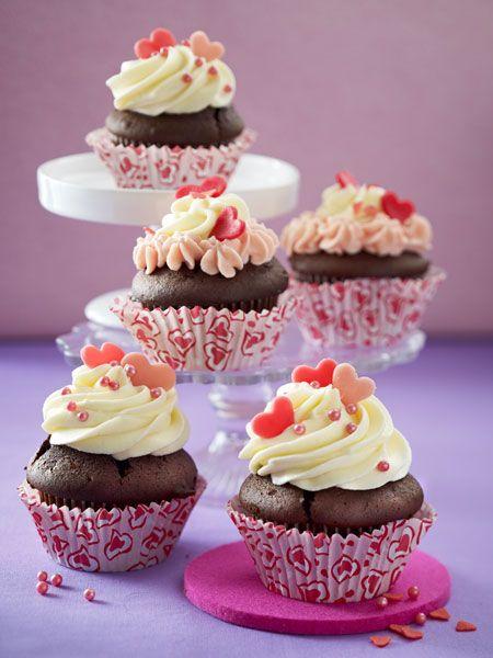 schoko muffins mit frischk se topping rezept valentinstag rezepte geschenke kleinigkeiten. Black Bedroom Furniture Sets. Home Design Ideas
