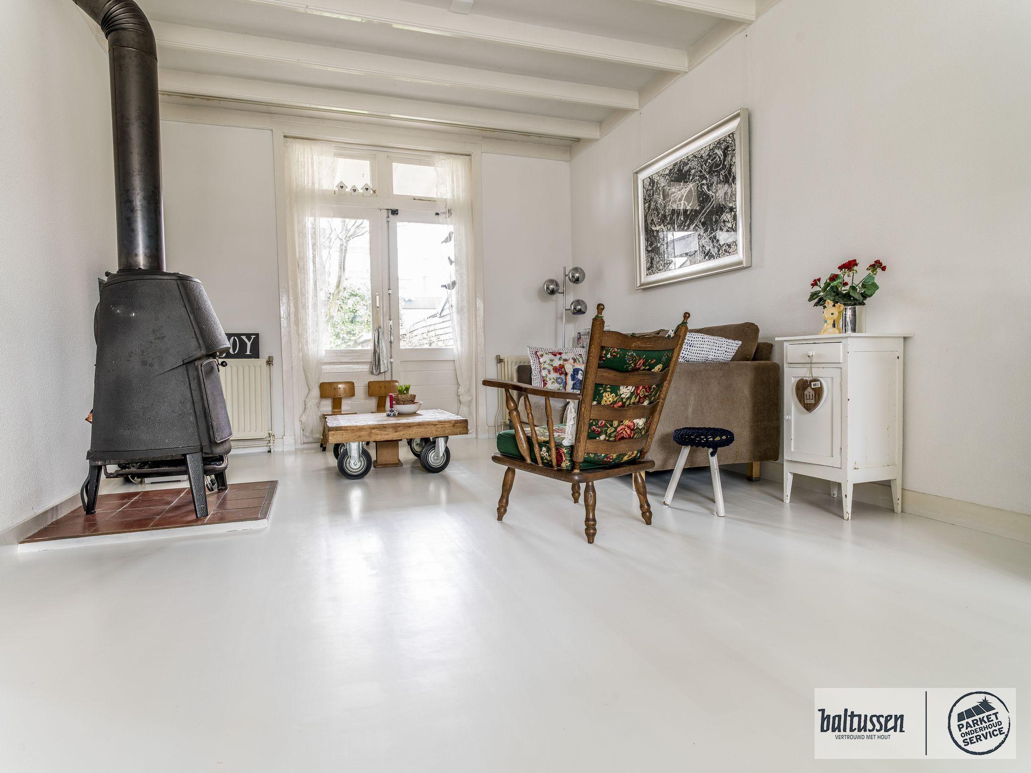 Een hoogglans wit geschilderde vloer in een authentiek interieur ...