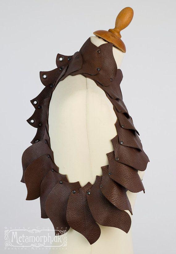 Drachenhaube braune Ledervest Skulpturale Mode Spi