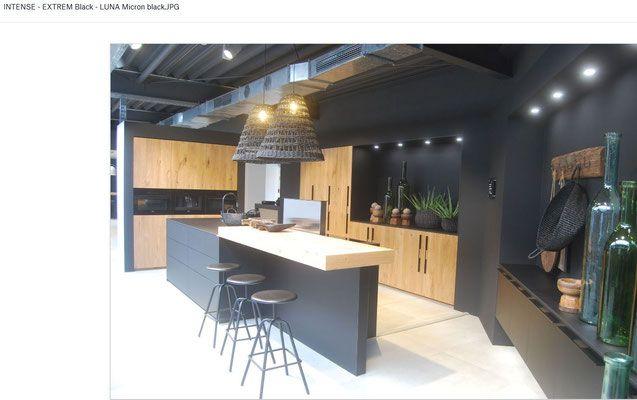 Cuisine en bois et laque noire pur e contemporaine avec for Cuisines contemporaines 2018