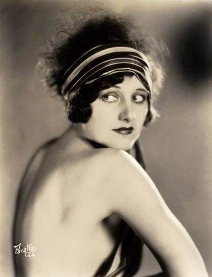 Notorious for rhinestone beaded headbands, skullcaps and feather hair clips, the s woman knew how to dress up her short flapper hairdo. While cloche hats were worn during the day, headbands, called Bandeaus, were seen in the evenings with the most formal dresses. The trend started when King Tut's tomb was discovered in