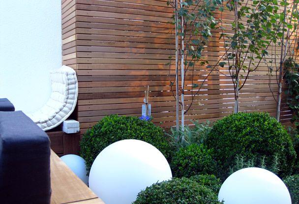 moderner garten kleingarten holzdeck steinplatten lavendelpflanzen, Hause und Garten