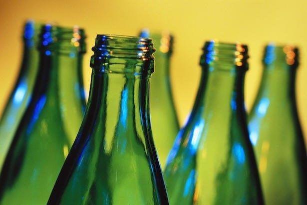 Pesquisadores desenvolvem bateria de alto desempenho a partir de garrafas de vidro! O resultado é uma bateria que armazena quatro vezes mais energia que as com ânodo de grafite.  Confira tudo sobre essa inovação no  http://www.blogdaengenharia.com.