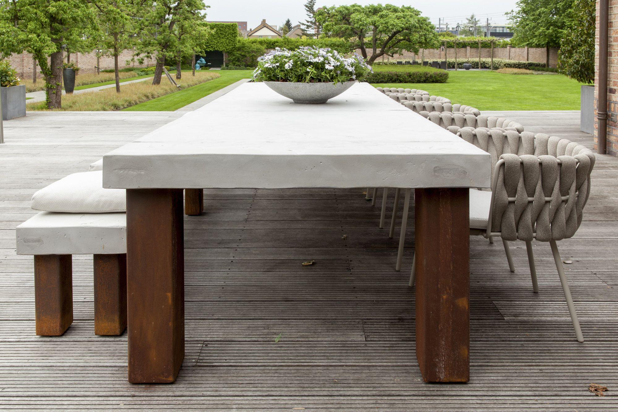 De combinatie met de strakke design meubels van borek in de tuin