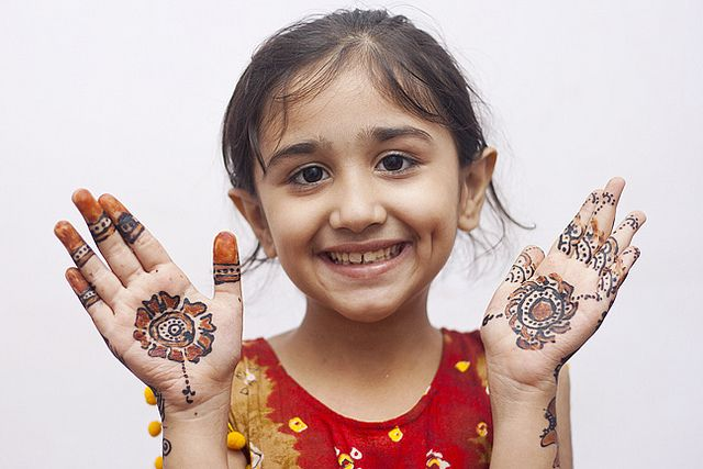 Mehndi Patterns For Little Girls : Sweet little girl with henna place international countries