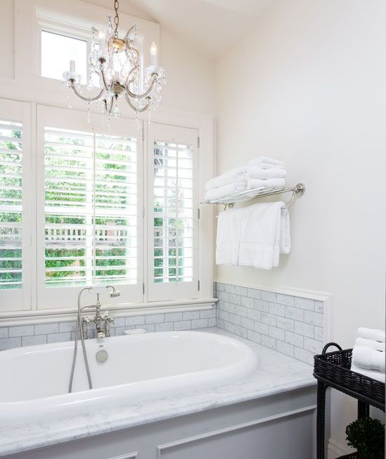 Delicieux Chandelier Over Bathtub In Bright White Bathroom