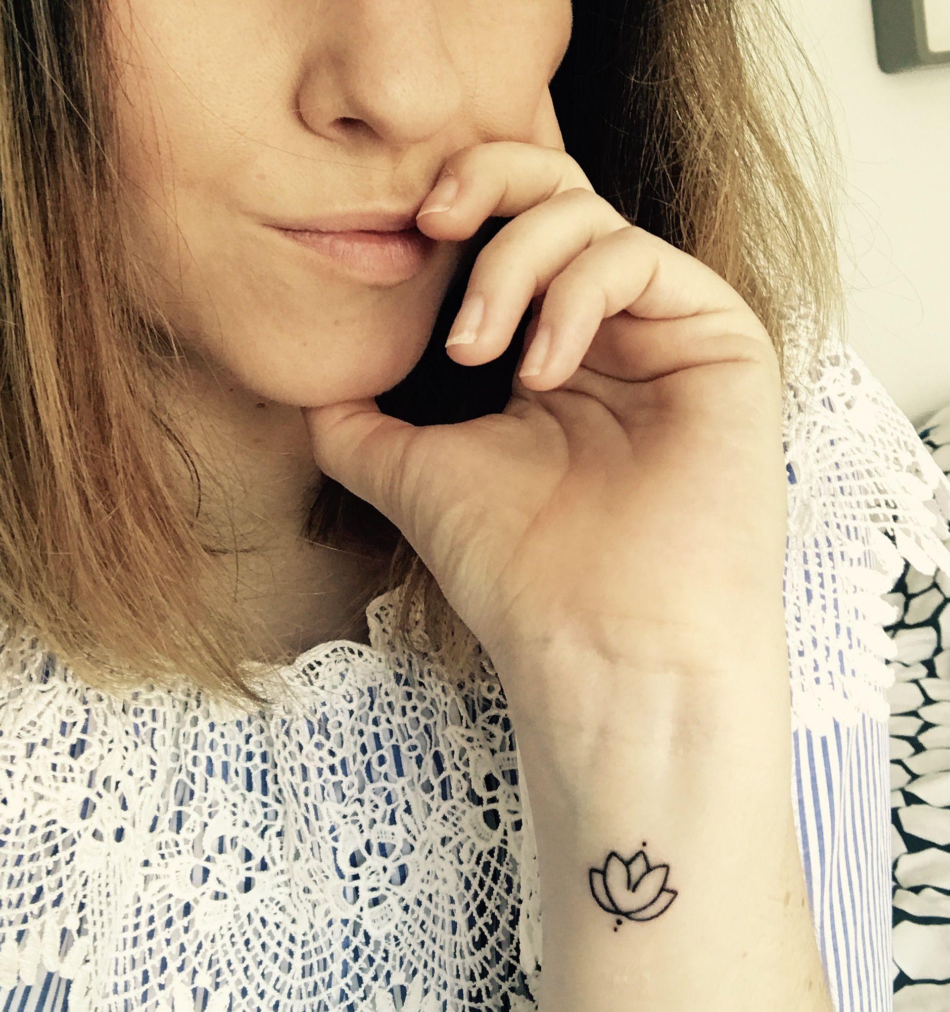 Tatouage Lotus Minimaliste Poignet Tattoo Lotus Discret Tattos
