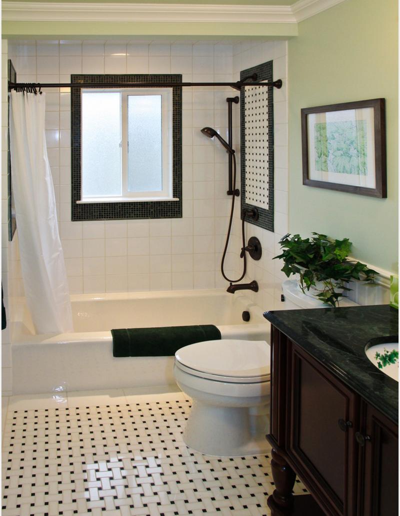 petite salle de bains toilettes et baignoire avec une douche