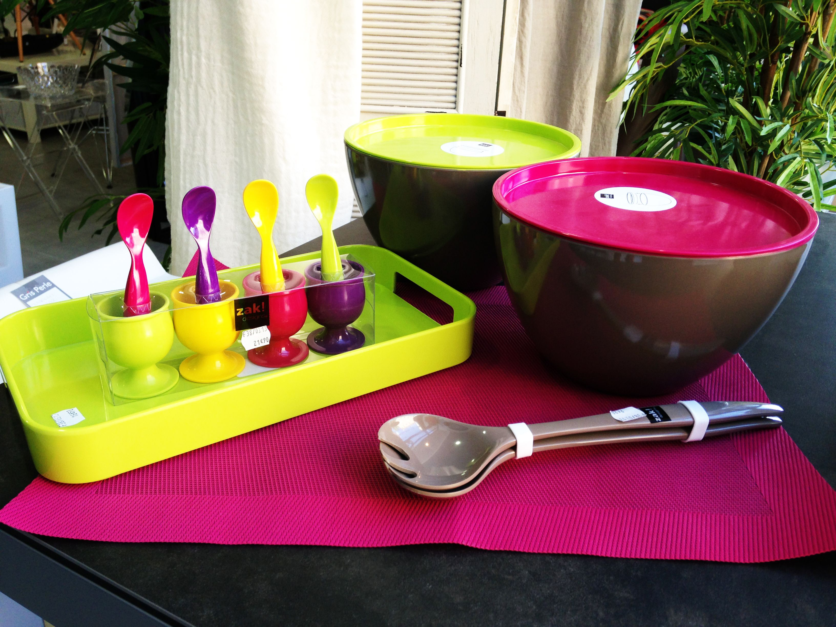 Ensemble coquetier, saladier avec couvercle, plateau et set de table - Zak!   A découvrir chez ...